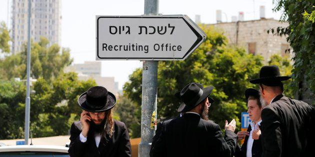 Un grupo de judíos ultraortodoxos, ante la oficina de reclutamiento del Ejército de Israel en Jerusalén,...