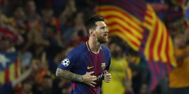 Lionel Messi celebra uno de sus goles de ayer ante la Juventus, rodeado de banderas