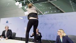 Draghi, atacado con confeti