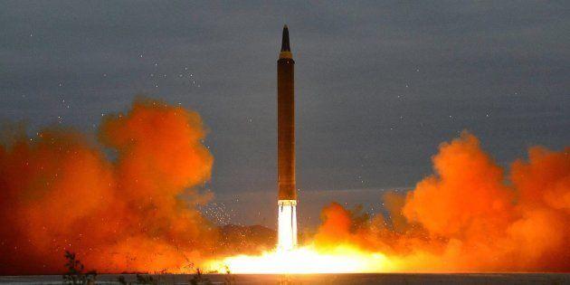 Corea del Norte lanza un nuevo misil que sobrevuela