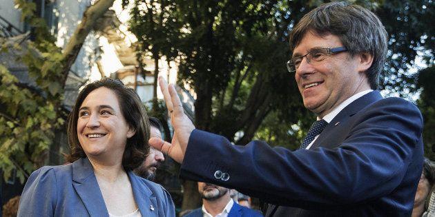 El presidente de la Generalitat, Carles Puigdemont, junto a la alcaldesa de Barcelona, Ada