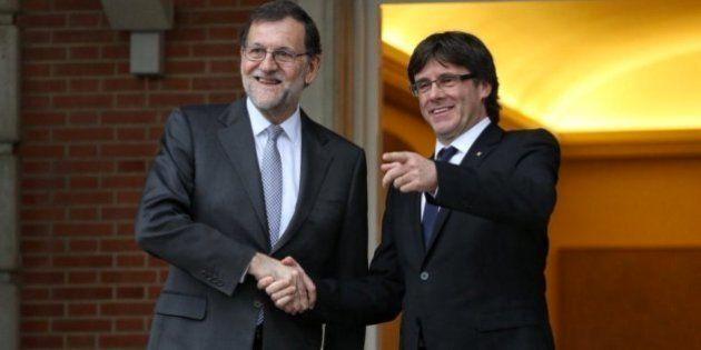 Rajoy le regala a Puigdemont un ejemplar de 'El