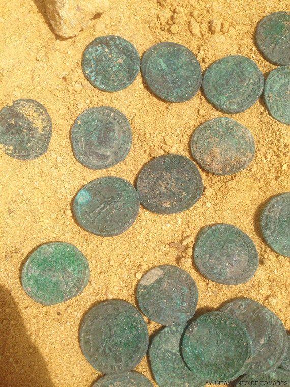 Localizan en el pueblo sevillano de Tomares ánforas con 600 kilos de monedas de bronce