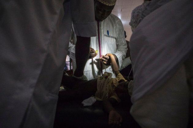El equipo médico de MSF atiende a un enfermo en Maiduguri, la capital de