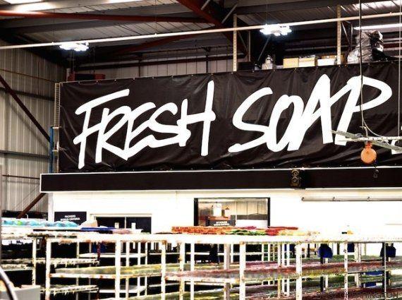 Nos colamos en una fábrica de Lush: así se hacen sus