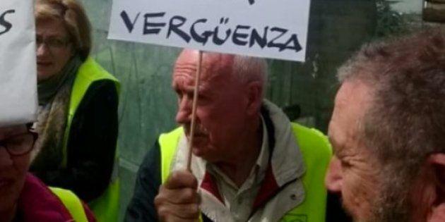 Una veintena de personas realiza un escrache ante el piso de lujo de Rouco Varela en