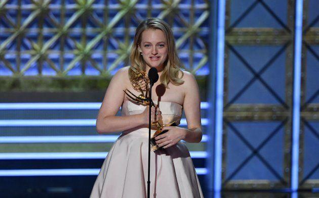 La actriz Elisabeth Moss al recoger su premio Emmy a Mejor actriz de serie dramática por 'El cuento de...