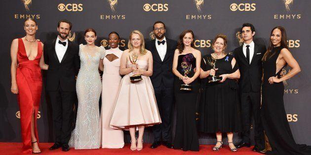 Los actores de 'El cuento de la criada' posan con los cinco Emmy de la