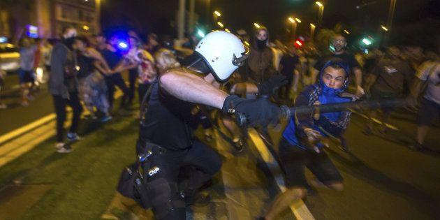 Cuatro furgones antidisturbios de la Policía y barreras de agentes impiden la cuarta concentración diaria...
