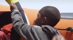 La conmovedora imagen de un niño refugiado ofreciendo un chicle a su