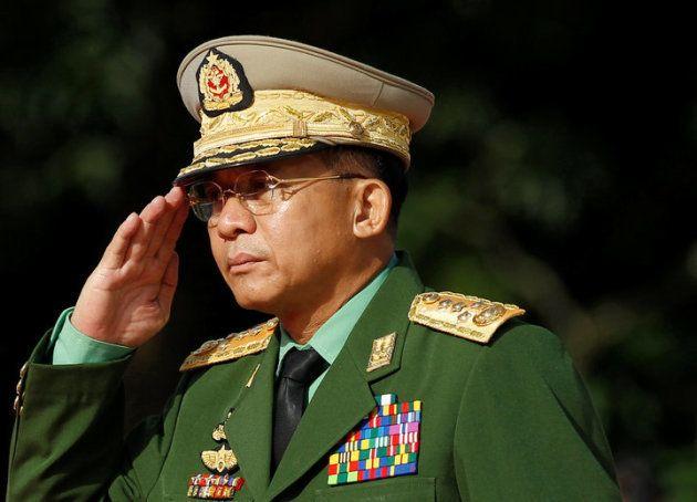 El comandante en jefe del Ejército de Birmania, Min Aung Hlaing, hace el saludo en una ceremonia por...