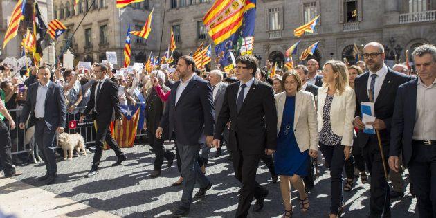 Concentración de alcaldes en la plaza Sant Jaume de