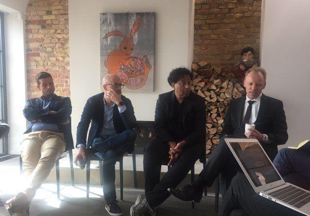 Clemens Fuest (derecha), junto a Nikos Agouros (izq.), de HuffPost Grecia y Sebastian Matthes y Cherno...