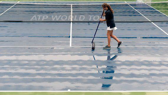 Toallas: la solución de Río ante una pista de tenis mojada por la