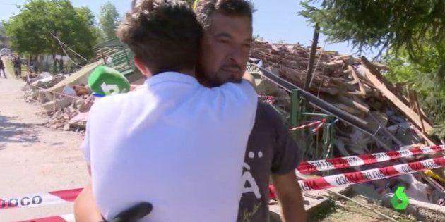 Un reportero de La Sexta abraza a uno de los familiares de Ana Huete tras