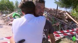 Un reportero de La Sexta abraza a un familiar de Ana Huete tras