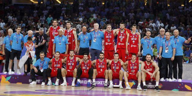 Los jugadores de Serbia posan con la medalla de plata del Eurobasket