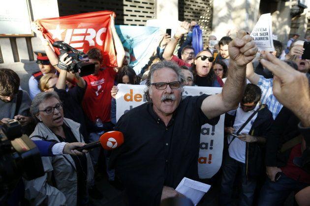 Numerosas personas, entre ellas el diputado y portavoz de ERC Joan Tardá, se