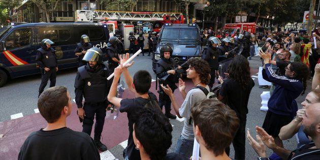 Policías y manifestantes en la puerta de la sede de la