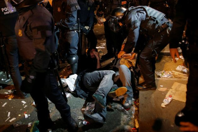Tensión en Barcelona entre la policía y los manifestantes tras los registros de la Guardia