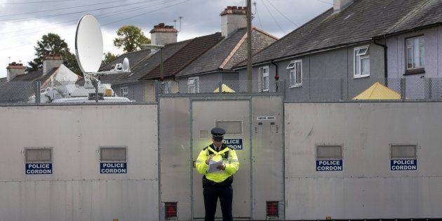 Un oficial de la policía británica permanece junto a una zona acordonada en una dirección de Londres...