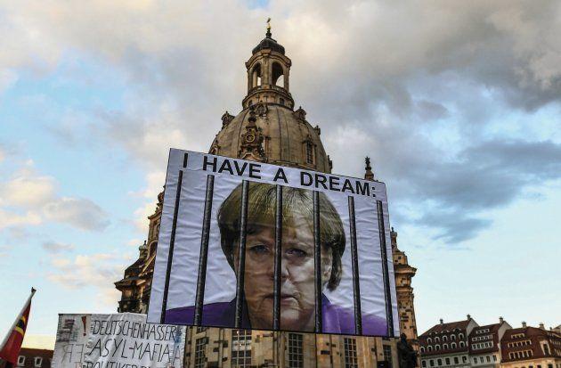 Vista de un cartel con la la líder de la Unión Cristianodemócrata (CDU), y canciller alemana, Angela...