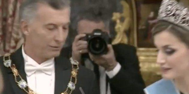 La reina Letizia corrige a Mauricio Macri en pleno brindis