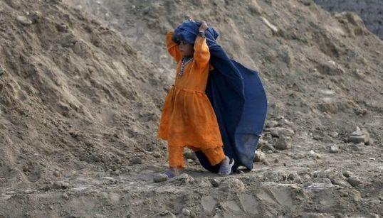 La pequeña afgana que juega con un