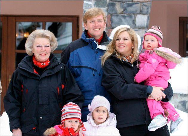 La reina Beatriz de Holanda con los entonces príncipes Guillermo y Máxima con sus hijas en