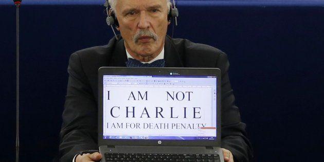 El eurodiparlamentario polaco Janusz Korwin-Mikke, en 2015, pidiendo la pena de muerte en