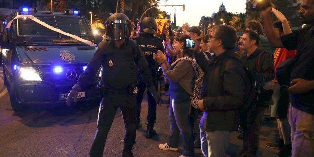 Efectivos de la la Policia Nacional abandonan las inmediaciones de la sede de la CUP en Barcelona ante...