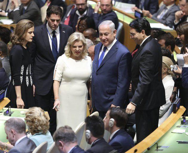 El primer ministro israelí Benjamin Netanyahu y su esposa Sara, rodeados de diplomáticos de su país,...