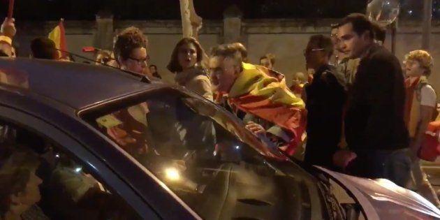 Un manifestante ultraderechista escupe a un coche al grito