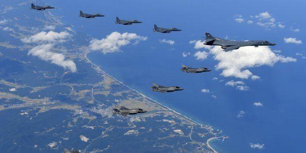 Bombarderos de EEUU vuelan cerca de la costa de Corea del Norte como demostración de