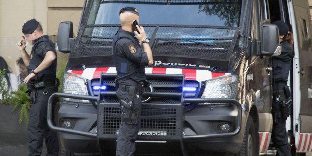Detienen a un inspector de policía ebrio por amenazar con un arma en una pastelería de