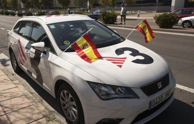 Manifestantes con banderas de España agreden con una botella a la presidenta de las Cortes de