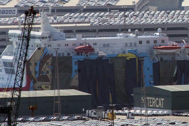 El Gobierno cubre con lonas la imagen de Piolín del barco en el que se aloja la