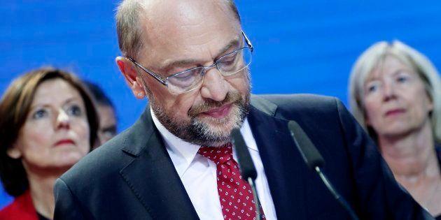 El líder del SPD alemán, Martin Schulz (C), comparece este