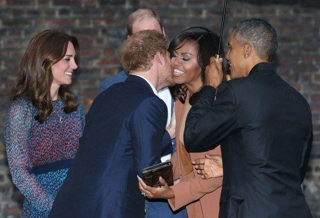 El príncipe Harry besa a Michelle Obama en una visita de los Obama a Londres, en abril de