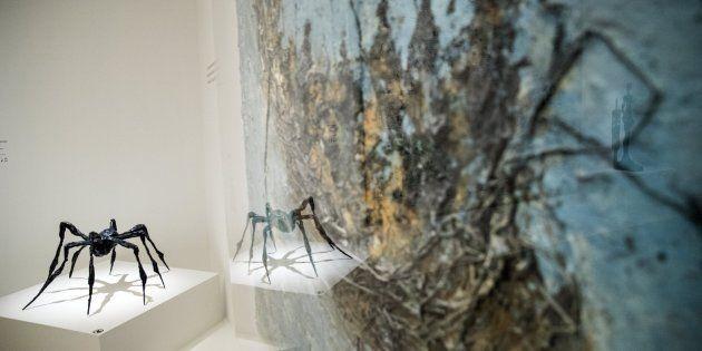 La escultura 'Araña III' de Louise Bourgeois junto al cuadro 'Kula Be Ba Kan' de Miquel