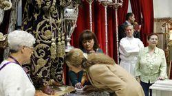 La infanta Elena cumple el rito de besar el pie al Cristo de