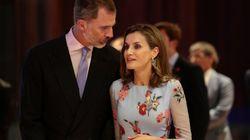 La reina Letizia estrena corte de