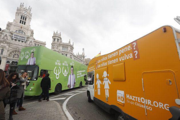 La autocaravana de HazteOir se cruza con el autobús de 'El