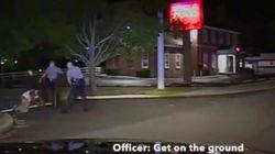 Un policía patea en la cara a un negro desarmado