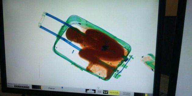 El padre del niño en la maleta pensó que lo había