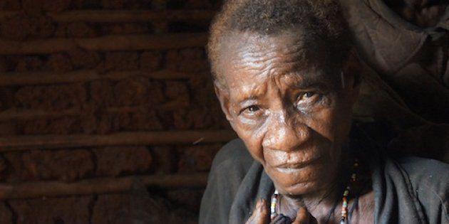 Guardaparques financiados por WWF atacaron la aldea de esta mujer baka y la agredieron con gas pimienta....