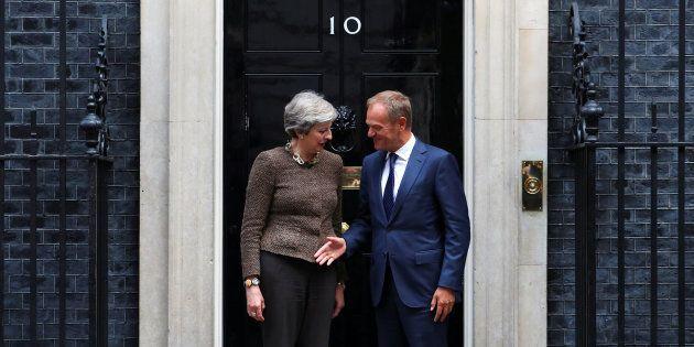 La primera ministra de Reino Unido, Theresa May, y el presidente del Consejo de Europa, Donald Tusk,...