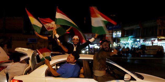 Un grupo de kurdos festeja la celebración del referéndum en las calles de Erbil, Irak, en la noche de