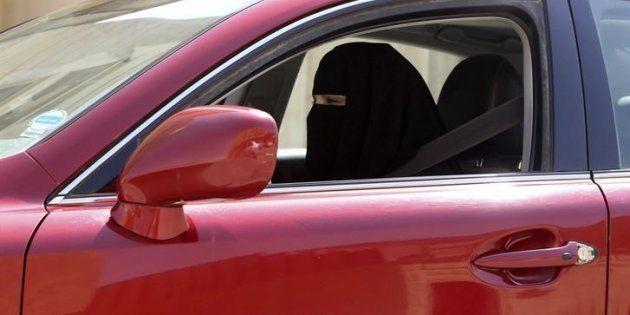 Una mujer conduce en Arabia Saudí, en 2013, una imagen muy extraña y arriesgada en el país del