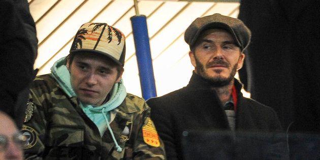 David Beckham y su hijo Brooklyn durante un partido de fútbol en